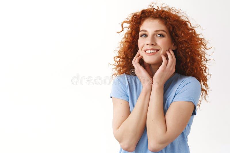 A mulher parva nova bonito e macia sonhadora do ruivo com olhos azuis, toca na pele limpa sem blimeshes, aprecia o haircare fotos de stock royalty free