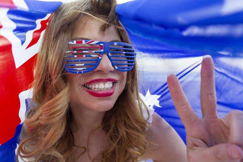 Mulher patriótica mostrando sinal de paz fotografia de stock
