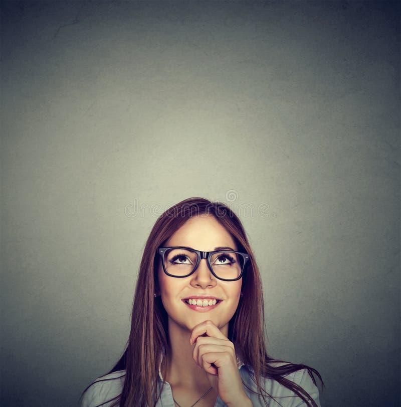 Mulher pensativa bonita que olha acima imagem de stock royalty free
