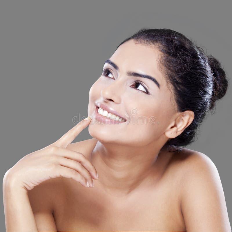Mulher pensativa com pele saudável fotografia de stock royalty free