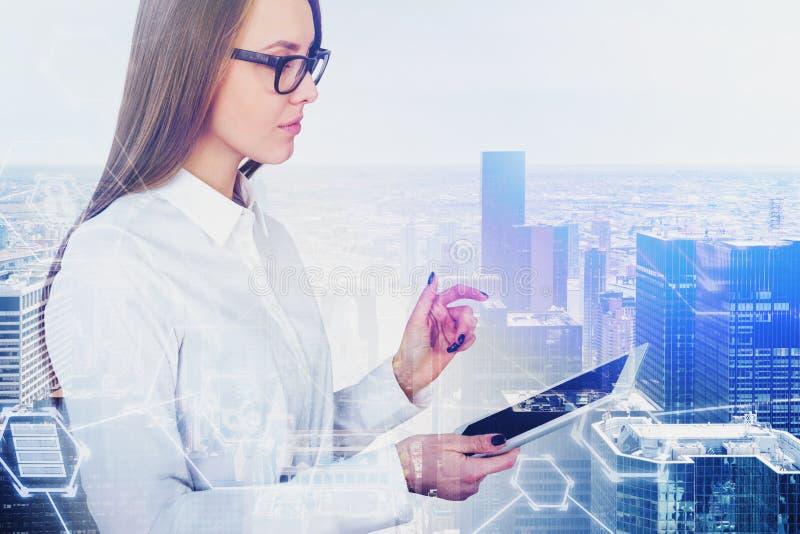 Mulher pensativa com tabuleta, relação digital foto de stock royalty free