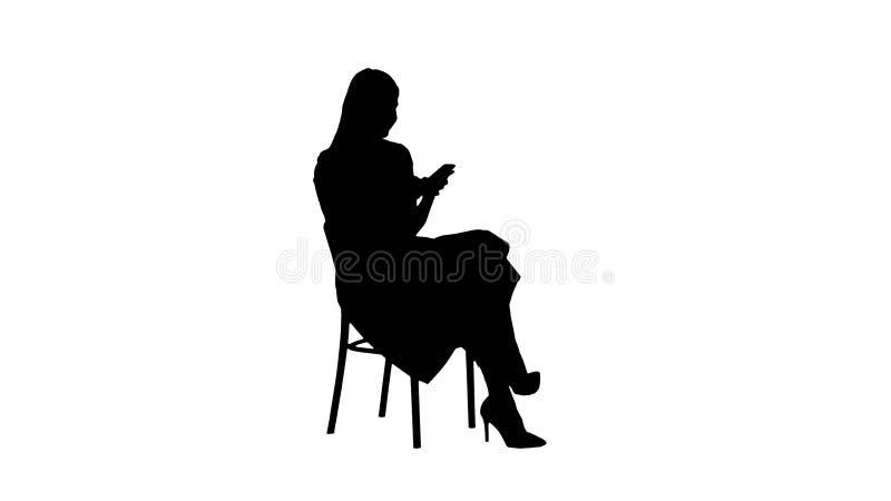 Mulher pensativa da silhueta no vestido cor-de-rosa que texting no telefone esperto ilustração royalty free
