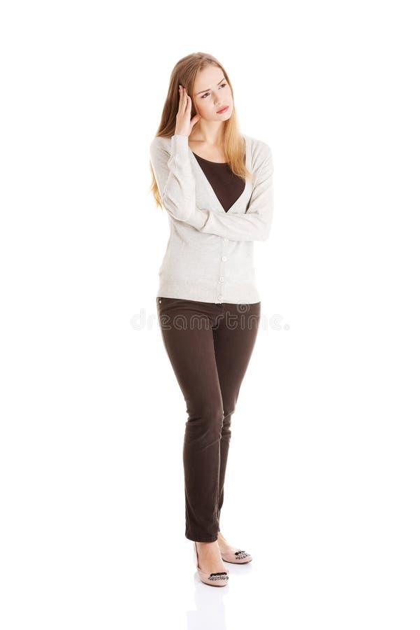 A mulher pensativa do comprimento completo tem um problema grande fotografia de stock royalty free