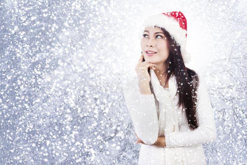 Mulher pensativa do Natal imagem de stock