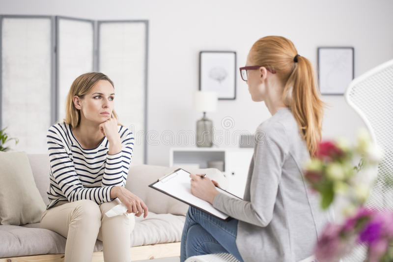 Mulher pensativa durante a sessão imagem de stock