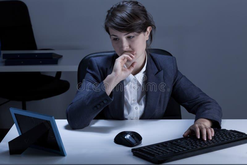 Mulher pensativa no escritório imagem de stock royalty free