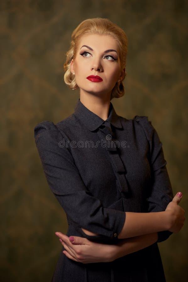Mulher pensativa no vestido cinzento com uma composição retro fotos de stock royalty free