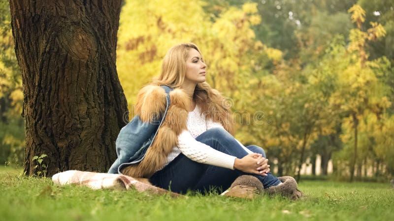 Mulher pensativa que aprecia o tempo bonito no outono Central Park, folhas amarelas imagens de stock