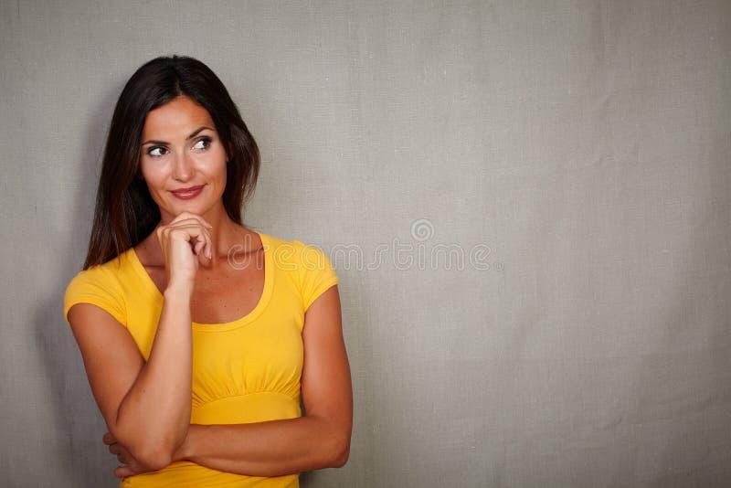 Mulher pensativa que pensa com mão no gesto do queixo foto de stock royalty free
