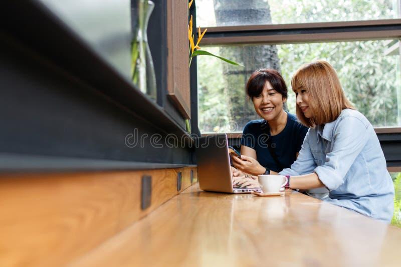 Mulher pequena de sorriso dos proprietários empresariais que discute ideias para o projeto foto de stock