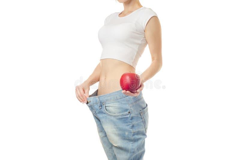 A mulher perde a maçã do centímetro da esbelteza do peso fotografia de stock royalty free