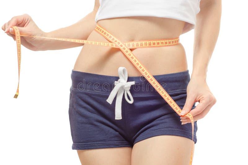 A mulher perde o centímetro da esbelteza do peso fotografia de stock