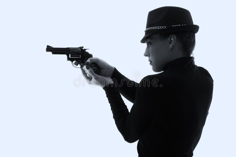 Mulher perigosa no preto com revólver grande foto de stock royalty free