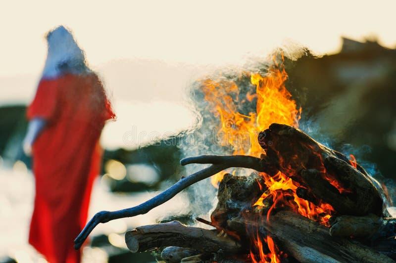 Mulher perto da fogueira foto de stock royalty free