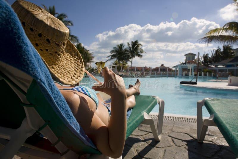Mulher perto da piscina em Cuba fotografia de stock