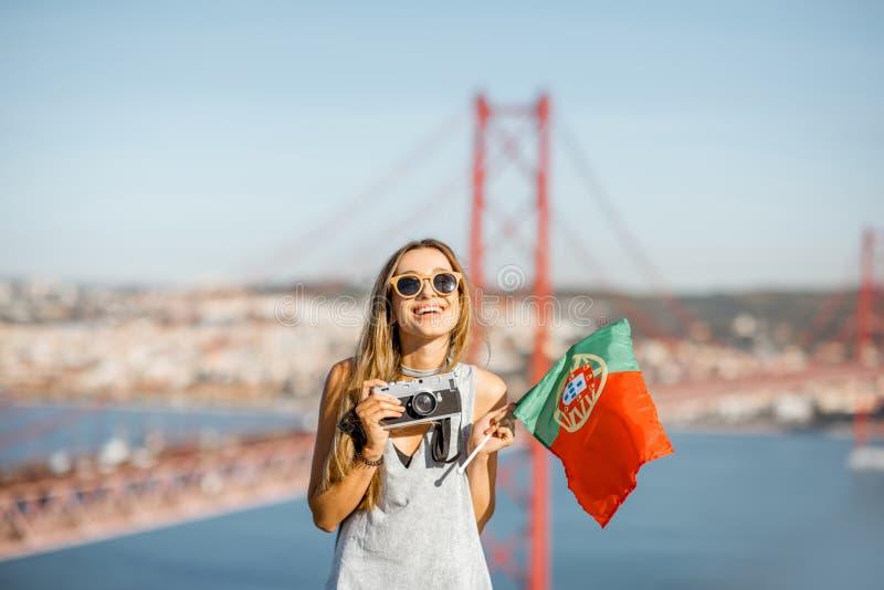 Mulher perto da ponte em Lisboa, Portugal foto de stock royalty free