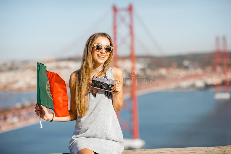 Mulher perto da ponte em Lisboa, Portugal fotografia de stock