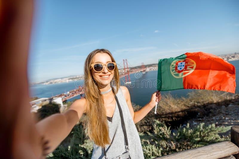 Mulher perto da ponte em Lisboa, Portugal fotos de stock royalty free