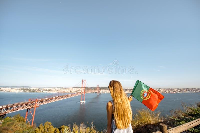 Mulher perto da ponte em Lisboa, Portugal imagens de stock