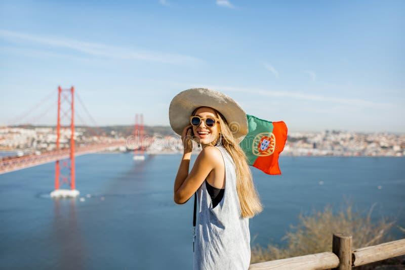 Mulher perto da ponte em Lisboa, Portugal imagem de stock