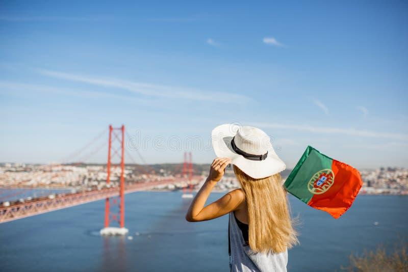 Mulher perto da ponte em Lisboa, Portugal foto de stock