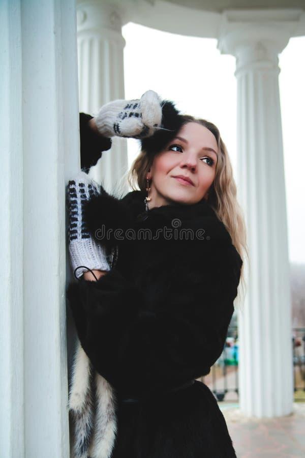 Mulher perto de uma coluna no parque foto de stock royalty free