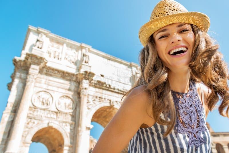 Mulher perto do arco de Constantim em Roma, Italia imagem de stock royalty free