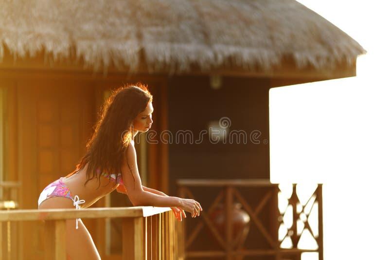 Mulher perto do hotel tropical fotografia de stock