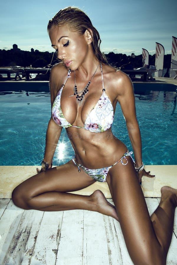 Mulher perto do swimmingpool imagens de stock