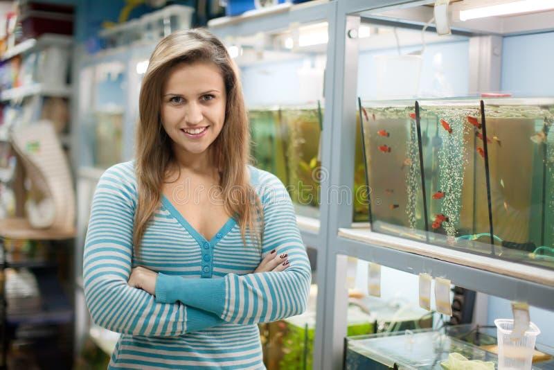 Mulher perto dos aquários imagem de stock