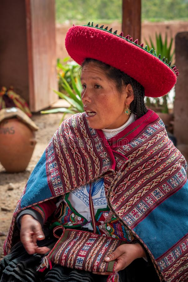 Mulher peruana em Chinchero fotos de stock