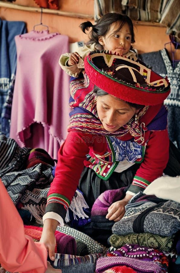 Mulher peruana em Chinchero fotos de stock royalty free