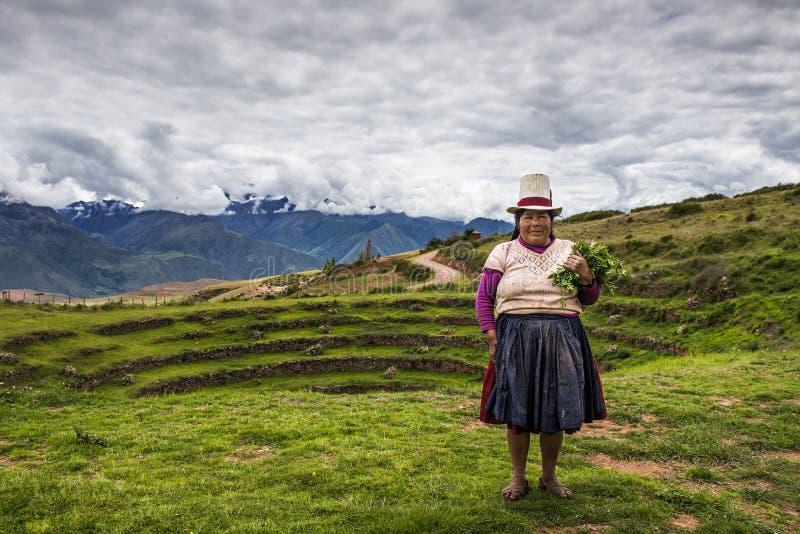 Mulher peruana perto de Maras, vale sagrado, Peru fotografia de stock royalty free