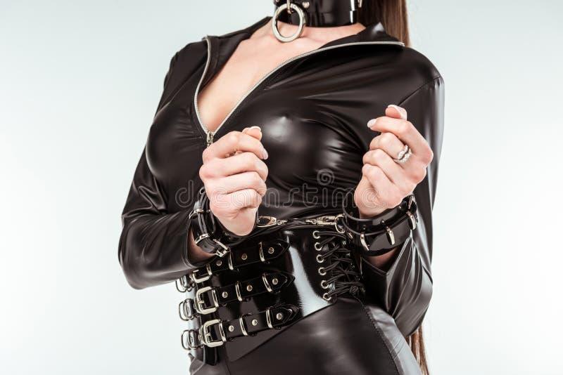 Mulher perverso no traje e em algemas 'sexy' foto de stock