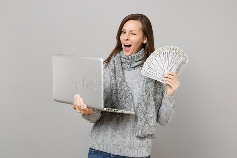 Mulher piscando no funcionamento da camiseta no computador do PC do portátil, grupo dos lotes da posse do dinheiro do dinheiro da foto de stock royalty free