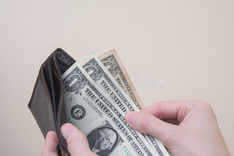 Mulher pobre que guarda a carteira com pouco dinheiro fotografia de stock royalty free