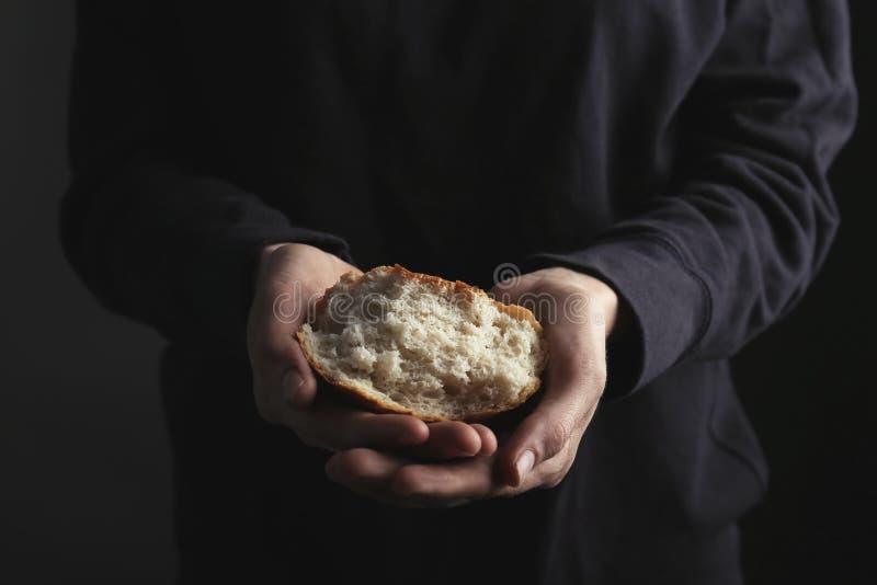 Mulher pobre que guarda a parte de pão imagens de stock royalty free