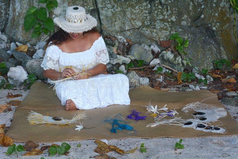 Mulher polinésia de Islander do cozinheiro que tece um fã da mão em Rarotonga C imagem de stock royalty free