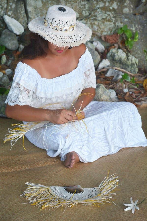 Mulher polinésia de Islander do cozinheiro que tece um fã da mão em Rarotonga C fotos de stock royalty free