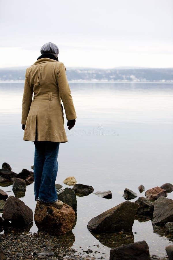 Mulher por Oceano fotografia de stock