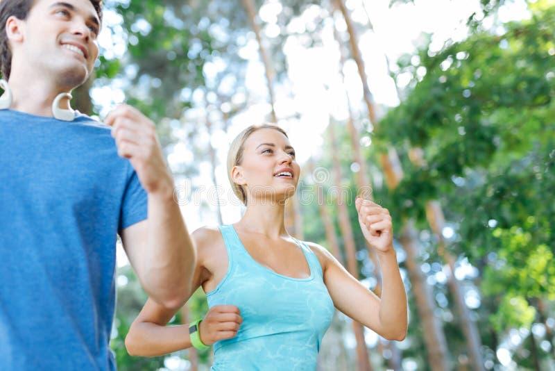 Mulher positiva alegre que aprecia sua corrida da manhã foto de stock royalty free