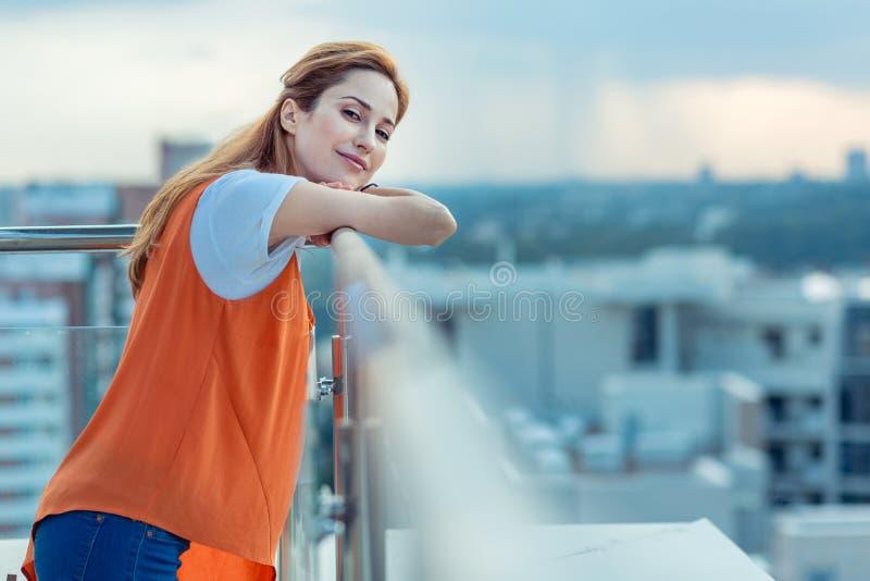 Mulher positiva alegre que aprecia uma vista bonita imagens de stock royalty free