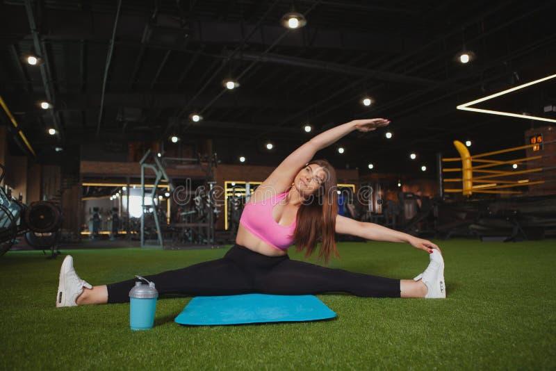 Mulher positiva de encantamento do tamanho no gym imagens de stock
