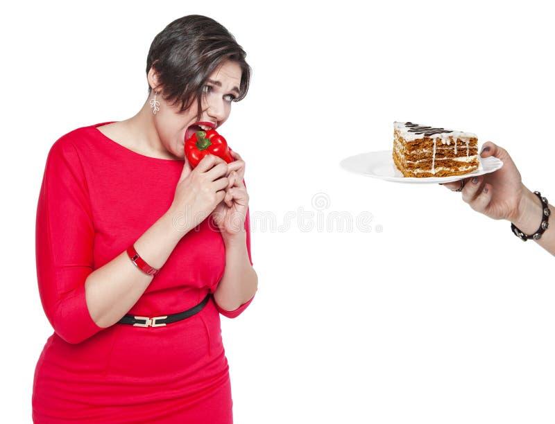 Mulher positiva do tamanho que faz a escolha entre o alimento saudável e insalubre fotografia de stock royalty free