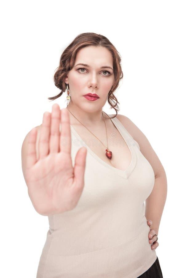 Mulher positiva do tamanho que faz o gesto da parada imagem de stock royalty free
