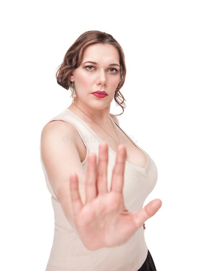 Mulher positiva do tamanho que faz o gesto da parada fotos de stock