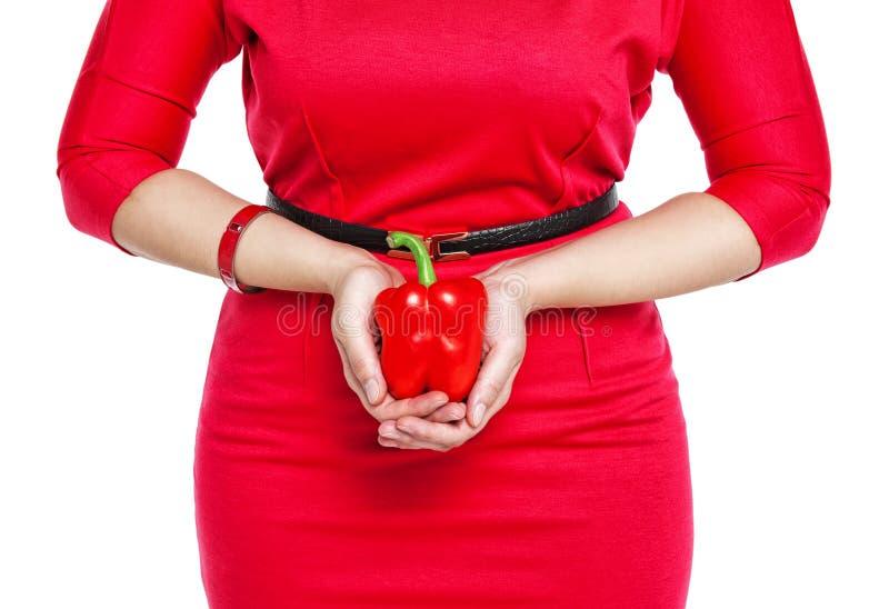 Mulher positiva do tamanho que mantém a pimenta vermelha isolada imagem de stock royalty free