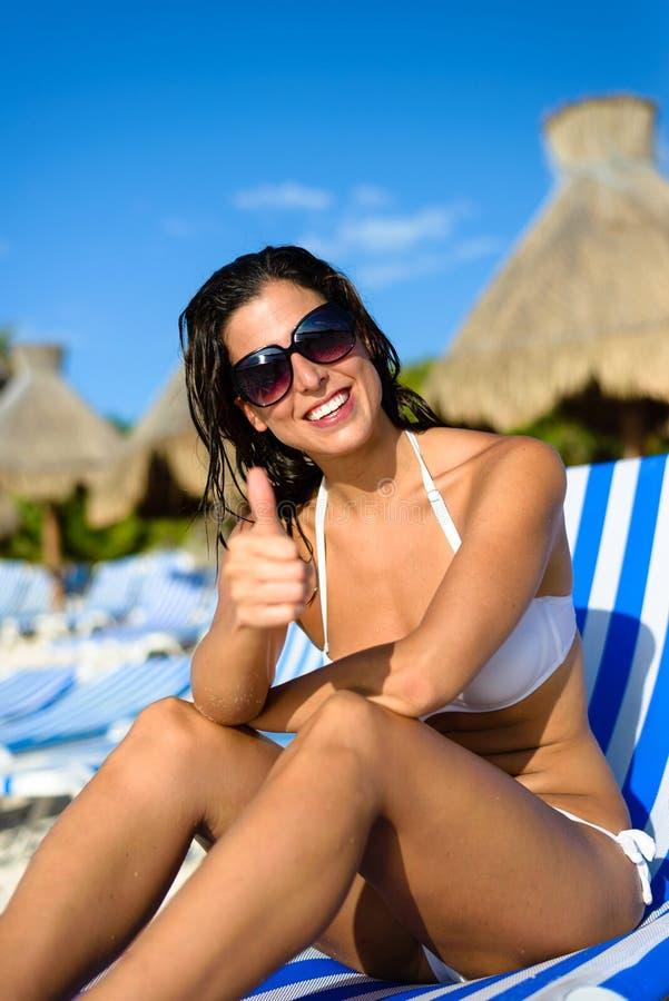 Mulher positiva em férias na praia tropical do recurso fotos de stock