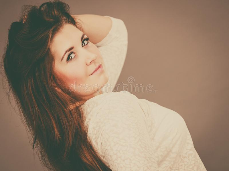 Mulher positiva feliz com cabelo marrom longo foto de stock