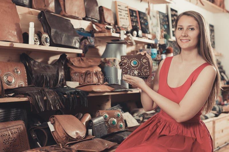 A mulher positiva na loja escolhe sacolas foto de stock royalty free